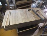 引出底板が変形して割れ埋め木を入れ修理します。
