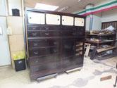 黒檀タンスの修理、漆塗りが完了しました。開き戸の右戸板を明日打ったら完成です。