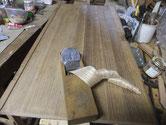 開きダンスの扉のカンナがけです。裏面の柾は削れますが、表面は削りシロが全くありません。頭が痛い
