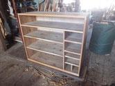 箪笥の胴縁、棚板に新しい木を貼り角出しをします。