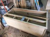 桐たんすに昨日の胴縁が乾いたため棚板に新桐を貼ります。