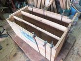 本体の天板、側板の塗膜を取り割れに糊を入れ固めます。