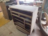 箪笥本体の塗膜を削り取りサンダーをかけ木地を出しました。