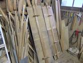 名古屋市より修理依頼の水屋戸棚の棚板の割れをつなぐ修理です。外したら汚れ取りとなります。