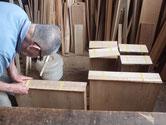 引出全面を鉋がけして仕込んだ柾板を引出に合わせ貼り付けていきます。