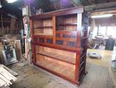 塗り上がった水屋戸棚本体を重ねました。手間のかかる引き戸が出来れば完成です。