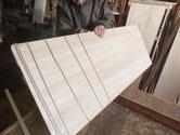 棚板、胴縁に柾板を貼り箪笥の美しを上げる作業です。