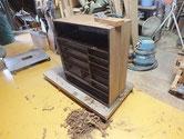 時代箪笥の本体表面をカンナにて削り木地を出しました。