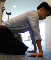 肩こりと背中痛のストレッチをする奈良県御所市の男性