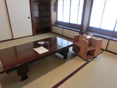 旧書斎。湯呑と灰皿がリアル