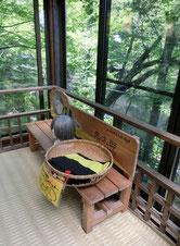池を見下ろす休憩コーナーには、鬼太郎なりきりセットも!