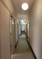 廊下で奥の部屋へ。よそのお宅を訪問している感覚です