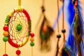petit attrape rêve jaune vert et rouge avec perles, de profil