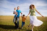 Glückliche Familie, die ein Haus über VERDE Immobilien gekauft haben