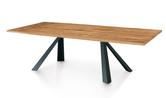 Tisch mit Massivholzplatte und Metallfüssen