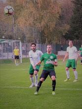 Yilli Xhemajlaj und Dennis Wassermann beobachten den Ball.