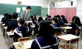 大学入試センター試験に臨む受験生たち=18日午前、八重山高校