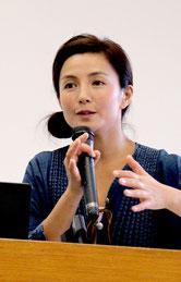 幼稚園教育実践報告会の講演会で、命の尊さを訴える女優の吉本多香美さん=7日午後、八重山合同庁舎の大会議室