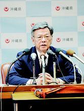 安慶田副知事の辞任について記者会見する翁長知事=23日午後、県庁