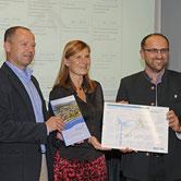 Bei der Überreichung des Testates an Hans-Jörg Birner