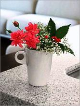 <<お花の楽しみ方>> 口の大きめのカップは、お花が器から出るくらいの短めでカットし、グリーンや小さなお花と合わせます。