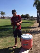 水分補充を積極的に担当する故障中のカルロス選手
