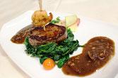 Menue Karussell, Lammfilet im Rinderfilet / sautierte Gambas /  Portwein-Schalottenjus / Mediterraner Blattspinat / Gratin-Kartoffeln