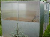 Voliere mit einem Schutzhaus für Kleinvögel