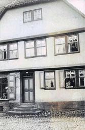 """""""Josephine Strauss Putz- und Modewaren"""" - In 2 Fenstern die drei Schwestern Strauss."""