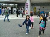 アリーナの周辺で遊ぶ子ども