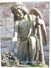Engelskulptur mit Rosen