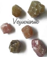 Vésuvianite,  pierre gemme, pierre roulée, pierre brute, galet