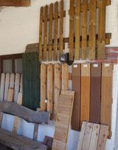 Muster von verschiedenen Zäunen an der Wand hängend