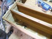 胴縁や棚板の桐が剥がれたり欠けたりした所を桐を貼り修理します。