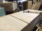 桐タンスの引出底板は必ず割れています。割れた所に埋め木修理をします。