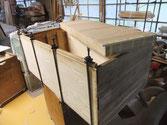 桐たんす本体の天板が縮み新しく桐を貼り凹みを修理します。引出も同じく桐を足します。