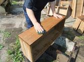 桐たんすの表面には塗装に使う砥の粉が目に入っている為、洗い落とします。カンナがけのためです。