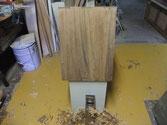 箪笥洗い後の面をさらに綺麗にするため、カンナで削り木地面を出します。