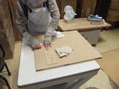 桐たんすの最終工程でロウ磨きをします。開き箪笥の扉磨きは大変神経を使います。