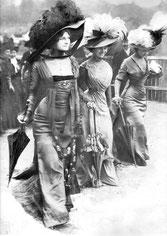 Femmes à l'Hippodrome de Longchamp (Paris, 1908). Source: Wikiipédia. Domaine public.