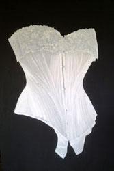Tableau de Corela représentant un corset (Velluire)