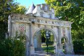 Porte renaissance de la ville de Surgères, visiter le Château d'Hélène, muse de Ronsard-24,7km