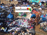 Marktstand inmitten von Abfallbergen