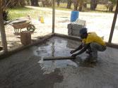 Zementboden wird ausgestrichen