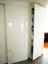 Vorratsraum mit einem flächenbündig integriertem Kühlschrank