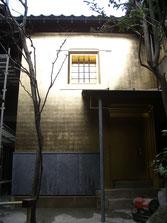 金沢の東茶屋街にある箔座様のひかり蔵の金箔押し金箔貼り施工をさせていただきました。