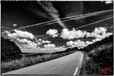petite route montante parsemés de nuages