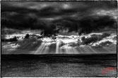 Lumiere à travers les nuages sur la mer