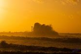 Deferlante, tempête sur la cote basque, grosse vague sur la jetée dans la lueur du soleil