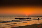 Pecheur à la pointe du Cap Ferret, le soleil se couche dans l'océan orangé